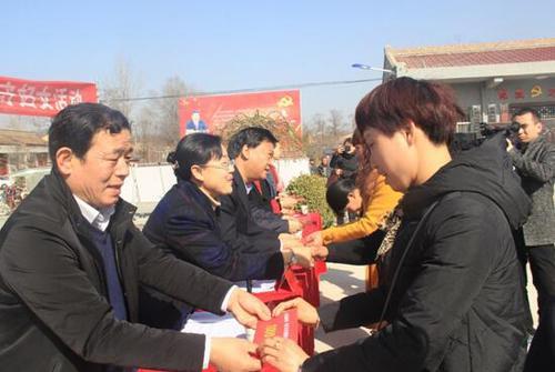 陕西省民政厅、陕西省妇联相关领导向受助妇女发放资助金