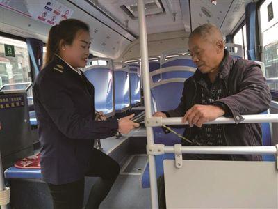 """南京510路上有位乘务员被乘客称为""""微笑天使"""""""