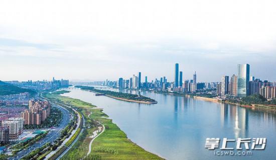 记者的航拍镜头里,湘江两岸绿带与清澈的江面尽显山水洲城的清新。  长沙晚报记者 罗杰科 邹麟 摄影报道