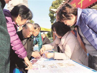 南通海门老干部局志愿者每月下基层服务群众