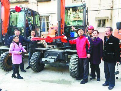 南京一小区9部电梯齐开工 居民送上大红花