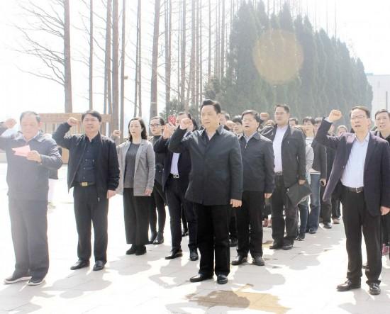 淮安宣传部门党员在周恩来铜像前重温入党誓词