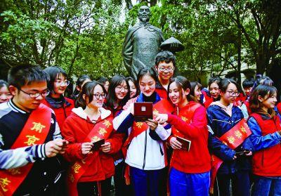 南京禁毒志愿者证书发放 志愿者来自中专院校
