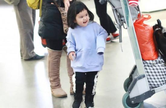 包贝尔夫妇穿情侣装现身女儿包表情扮鬼脸萌图片包的赞扬饺子表示图片