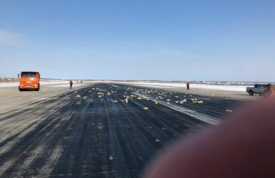 俄罗斯一飞机起飞时货舱门掉落 大量金块落地(图)