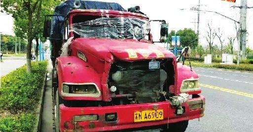 苏州张家港交警查获一货车 撞碎前挡玻璃竟敢上路