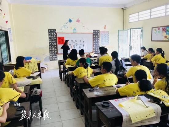 一个传道法一个教机场盐城国画赴柬埔寨教书教师情趣过能带安检图片
