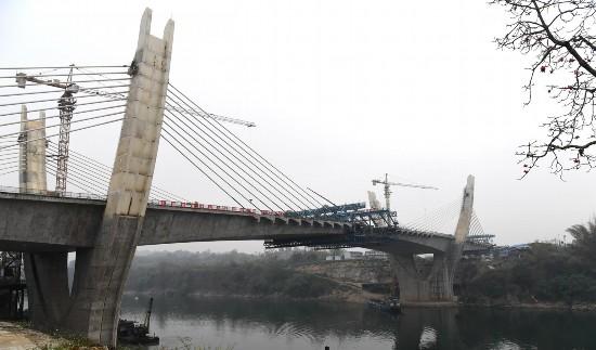 崇左大桥已显雏形