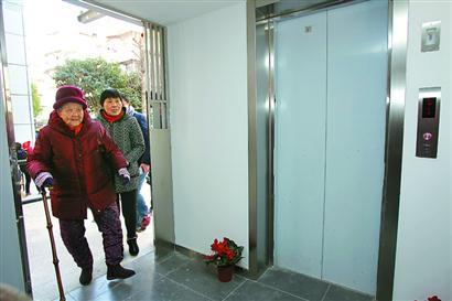 """老房加装电梯可以""""少走弯路"""""""
