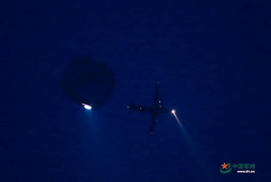 夜间武装伞降:跃出一步 守护万家灯火