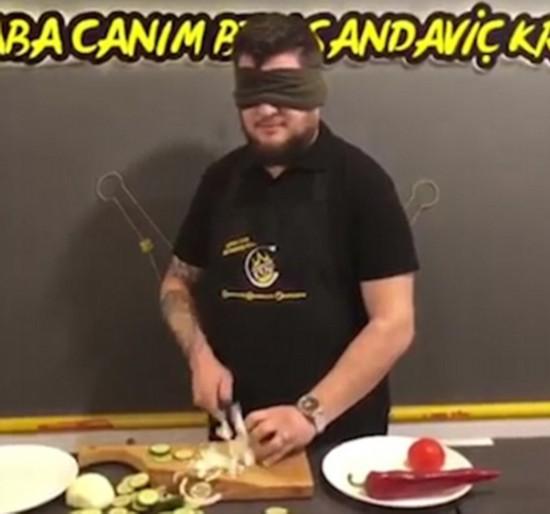 又快又准!土耳其自信厨师蒙眼切蔬菜秀刀工