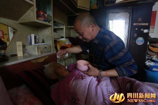 男子辞工作回家侍奉瘫痪母亲 坚持每天带母亲做运动