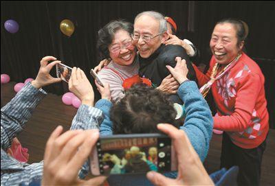 南通崇川区办金婚庆典 17对金婚夫妇互戴红花