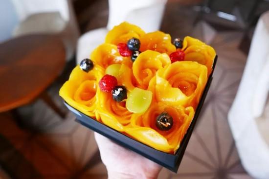 单飞之后开了自己的甜品店t ,不设堂食座位,为客人定制手工水果蛋糕
