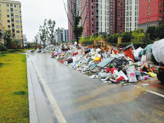 """苏州一小区里装修垃圾堆成小山 清运公司为涨价而""""罢运"""""""