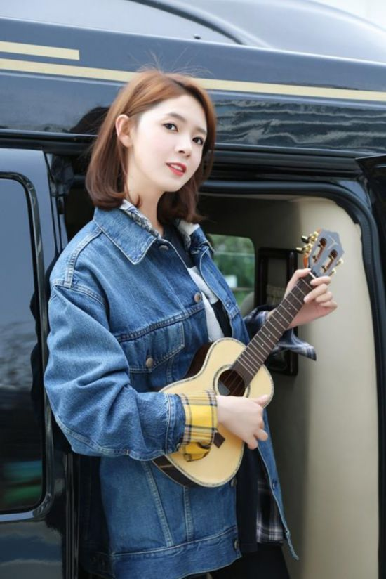 陈瑶变身音乐少女 怀抱尤克里里清新俏皮