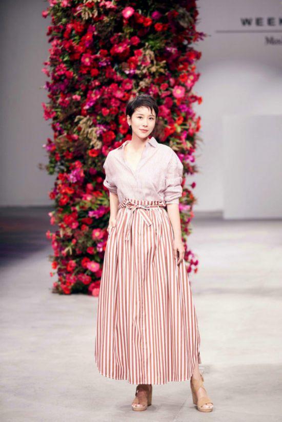 海清出席发布会 红色条纹衬衫配半身长裙