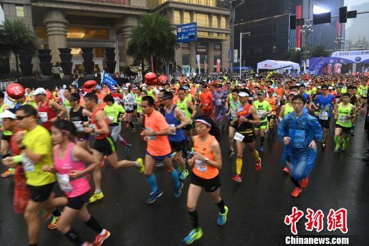 重庆国际马拉松赛开跑 3万选手沿长江长跑角逐