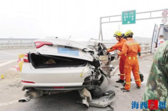 厦门:小车突然失控撞上护栏 车子严重变形一人昏迷被卡