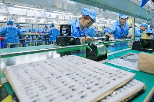 工人们加紧生产。 泸州日报记者 牟科 摄