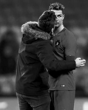 葡萄牙0:3惨败荷兰C罗0射门惨遭男球迷强吻