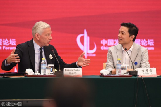 Baidu founder Robin Li (Right), alongside Dominic Barton, global managing partner of consultancy McKinsey & Co, attending the China Development Forum in Beijing, March 26, 2018. [Photo: VCG]