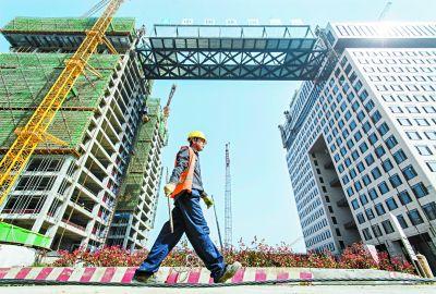 高层建筑大跨度 钢结构连廊提升至73.6米