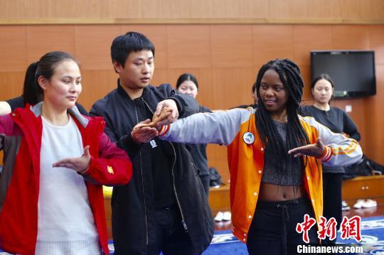 传统越剧吸引外国友人一招一式彰显东方魅力