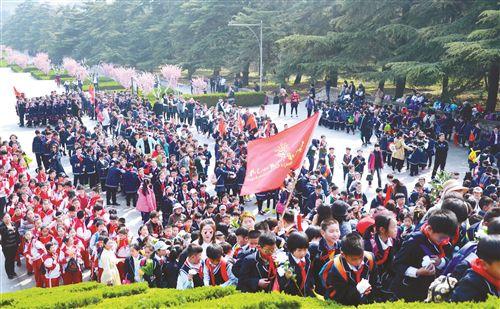 缅怀先烈 徐州淮海战役烈士纪念塔迎祭扫高峰
