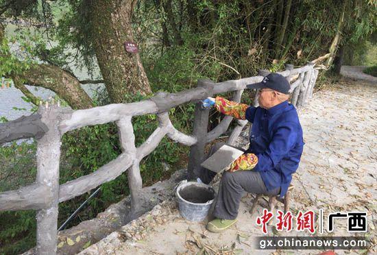 高洲村民為旅游步道添磚加瓦。劉柏攸 攝