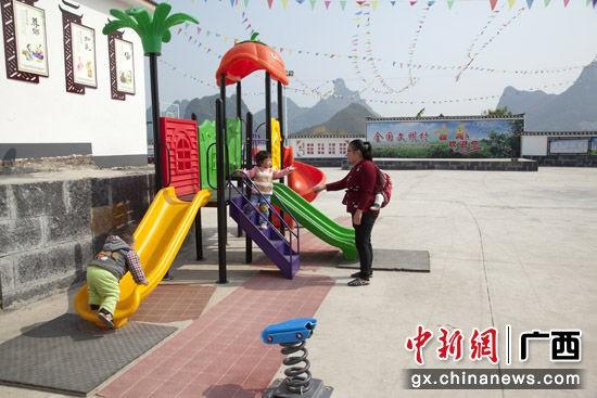 全國文明村古樂村文化廣場嘻戲的孩子。劉柏攸 攝