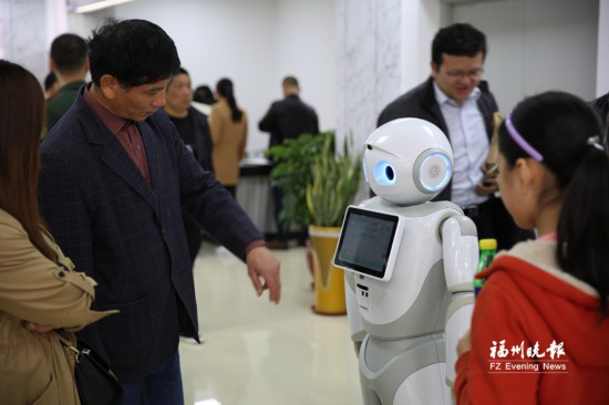 福州连江县市民服务中心启用 政务服务机器人帮你办事