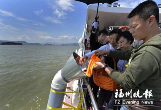 福州第14次开展骨灰撒海活动 89名逝者长眠大海