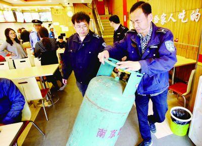 南京沙洲街道一社区清除居民小区安全隐患