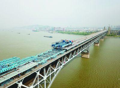 只剩十五块 南京长江大桥面板4月铺完
