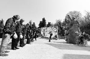 101岁抗战老兵在南京祭奠忠魂 亲历八一四空战