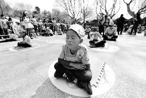 南京红山动物园办趣味赛 选手与考拉比发呆