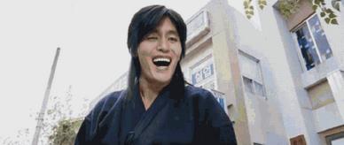 """爆笑同框!""""金馆长""""在中国遇本人表情包火柴盒"""
