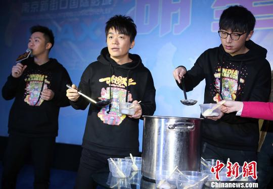 资料图:王宝强(中)宣传电影《大闹天竺》。泱波 摄