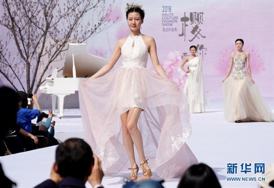 (社会)(1)上海:樱花树下秀时装