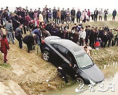 宿迁一轿车冲入河中 50余人帮忙将其拉出来