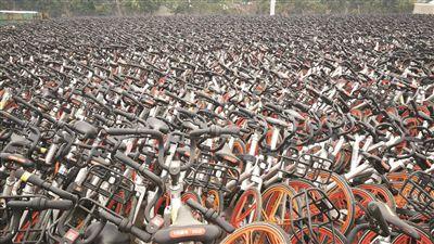 废弃厂区堆放着上万辆共享单车