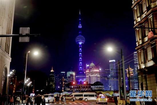 """(社会)上海:东方明珠为""""自闭症日""""点亮蓝灯"""