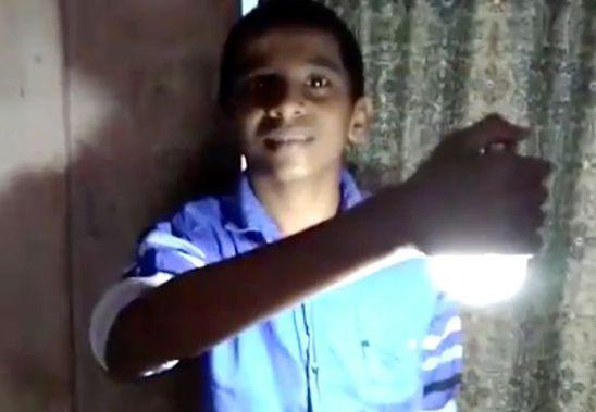 超能力?印度一男孩身体触碰灯泡能将其点亮(组图)