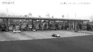 扬州男子开无牌车强行冲卡 拖行交警数十米