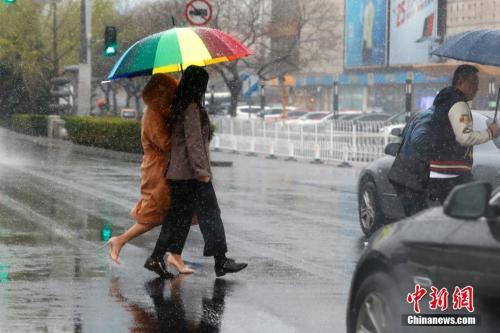 """多地雨雪降温迎清明假期民众数日内感受""""四季"""""""
