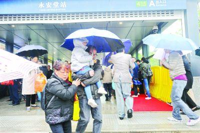 清明节前一天地铁客流创历史新高 光谷广场站人气最旺