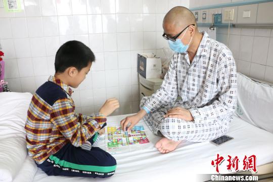 8岁男孩欲捐造血干细胞救父:只要能救爸爸什么都不怕