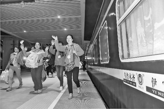 新疆铁路开行杏花旅游专列
