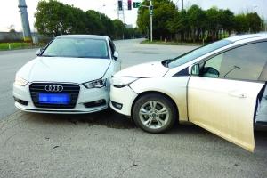 南京两车相撞 司机都在边开车边刷抖音